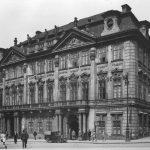 Palác Kinských na Staroměstském náměstí. Za okny vpravo se nacházel od roku 1912 obchod Kafkových rodičů.