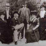 Rodinná fotografie z doby mezi 1908 a 1910. Sedící: matka, otec, teta Julie. Stojící: strýc Siegfried, strýc Richard, jeho žena Hedwig